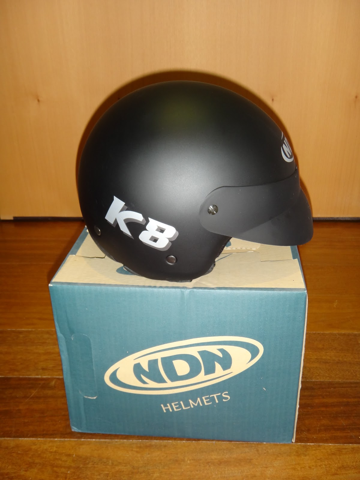 diana NDN ... sente-se com a responsabilidade de orientar os Portugueses na sua gestão de equipamentos! Neste caso apresentamos um capacete de imitação retro ...