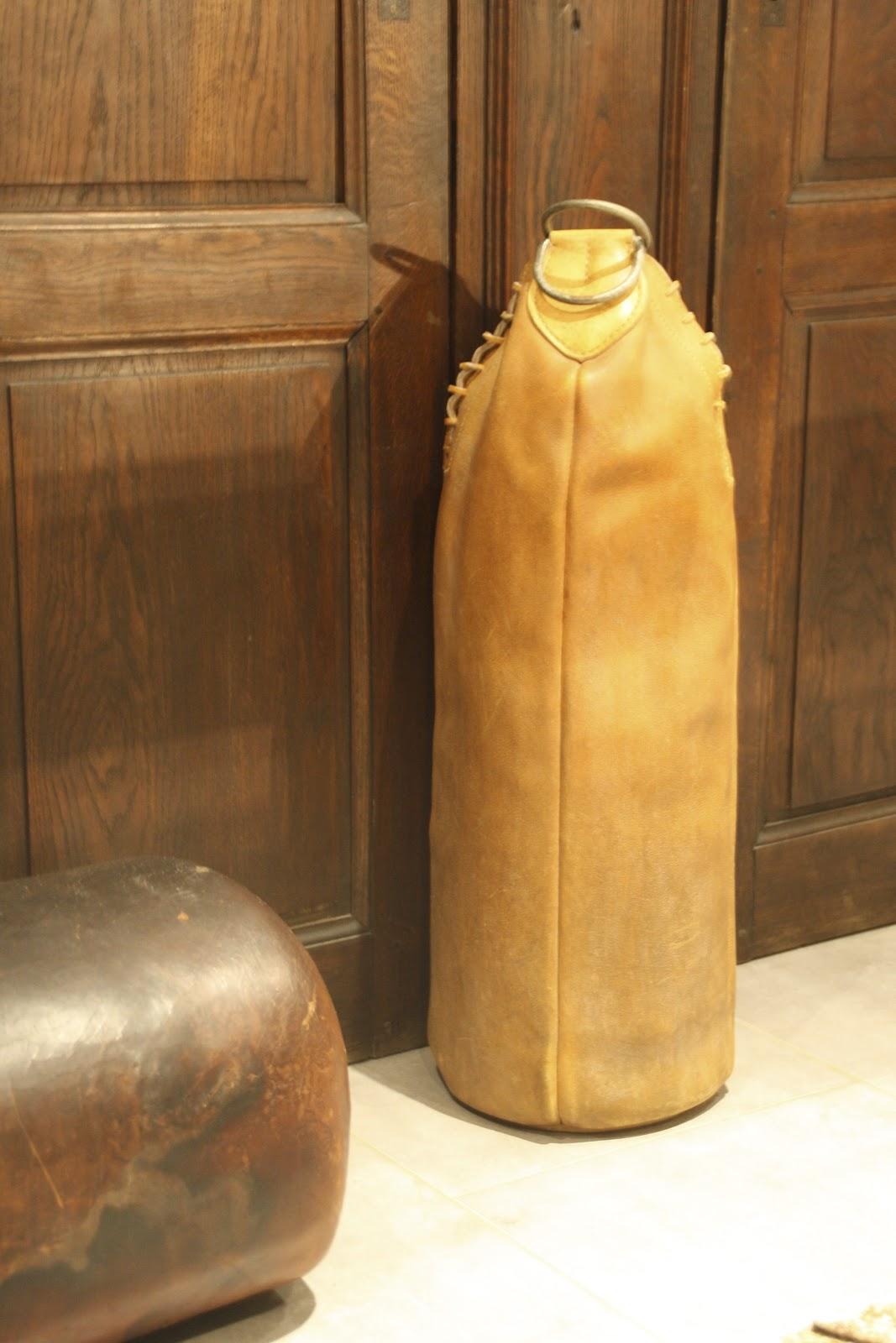 le beau est mien sac de frappe en cuir ancien. Black Bedroom Furniture Sets. Home Design Ideas