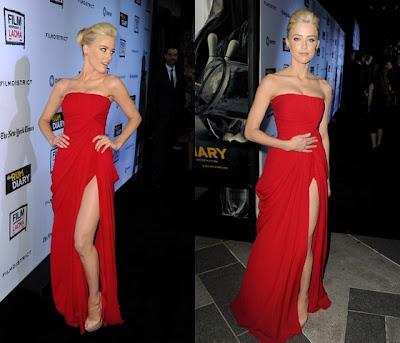 vestido vermelho com fenda na perna e decote tomara-que-caia