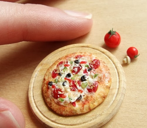 05-Pizza-Small-Miniature-Food-Doll-Houses-Kim-Fairchildart-www-designstack-co