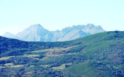 Aller, pico La Teyera, vista de Peña Ubiña desde la cima