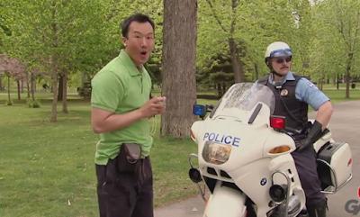 video broma turista conquista a un policia