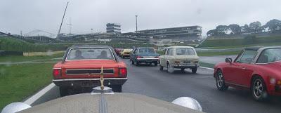 Dividindo a pista com um Dodge, um Porsche e uma Variant, mas sem poder ultrapassar. A pista ficou coalhada de entusiastas.
