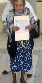 Manuela con su certificado.