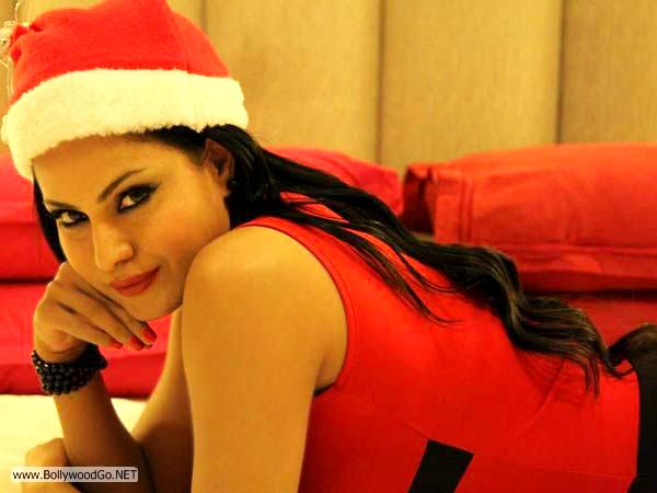 veena+malik+christmas+2012+(1)