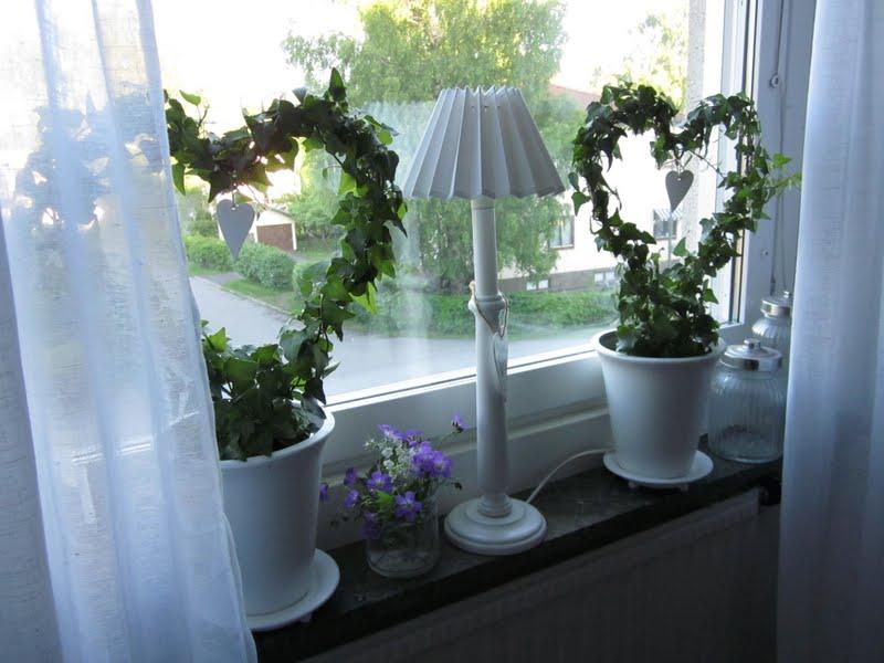 H?r trivs lite pasteller, vitt och bl?tt med plockade blommor Det
