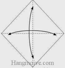 Bước 1: Gấp tờ giấy lại làm bốn để tạo các nếp gấp sau đó mở ra.