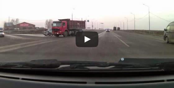 Acidente entre carro e caminhão