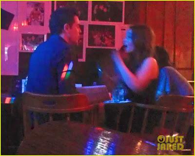 Emilia Clarke y Seth MacFarlane en un karaoke - Juego de Tronos en los siete reinos
