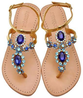 Taşlarla süslenmiş göz alıcı ve rahat sandalet modeli