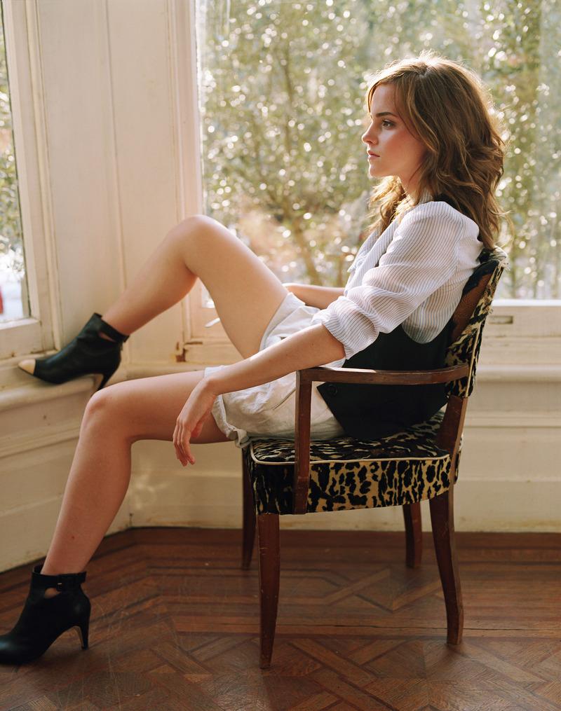 Pretty Girl Emma Watson Torn Denim Blue Shorts And White