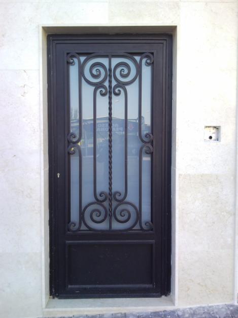 Construcciones metalicas s m puerta metalica de una sola hoja for Puertas de madera con herreria