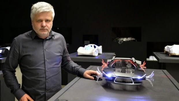المهندس السلوفاكي ستيفان كلاين مع نموذج لسيارته الطائرة في براتيسلافا.