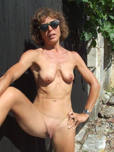 Nackt Bilder : Omas kleiner Hänge Busen   nackter arsch.com