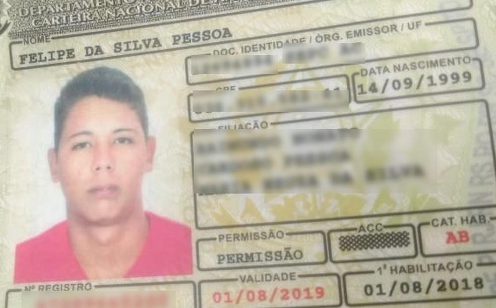 Jovem é morto a tiros por dupla em moto em campo de futebol no interior do Acre