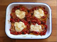 Nidi di spaghetti al pomodoro con stracciatella