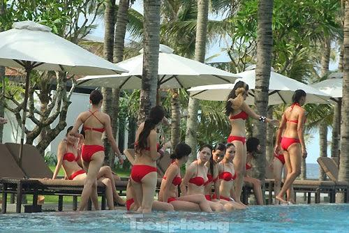 Hoa Hậu Việt Nam mặc bikini tỏa sắc bên bể bơi 11
