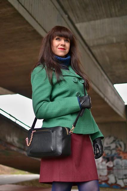 Smile everyday_Katharine-fashion is beautiful_Bordová sukňa_Zelený kabát_Modré pančuchy_Brošňa_Katarína Jakubčová_Fashion blogger