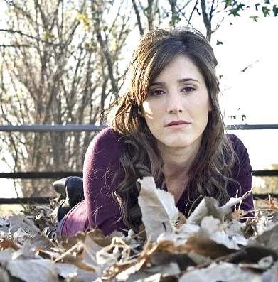 Soledad Pastorutti posando en otoño con hojas secas