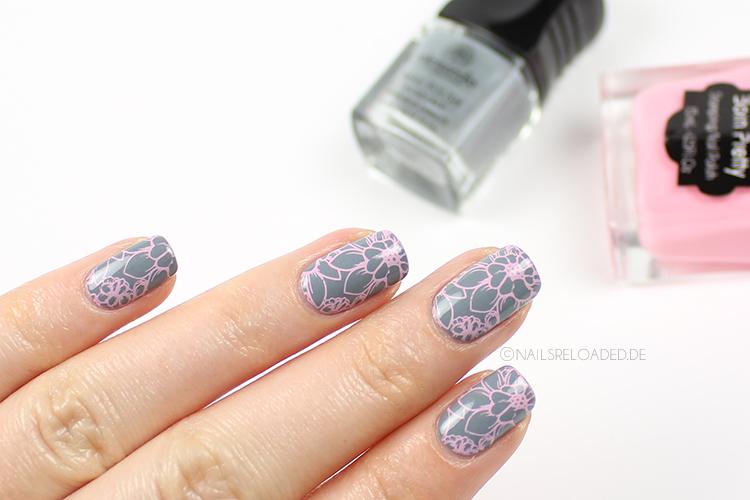 Nageldesign - rosa Stamping auf grau