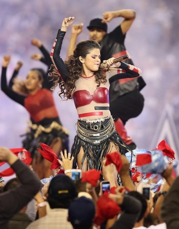 A Selena Gómez parece que alguien la sigue siempre