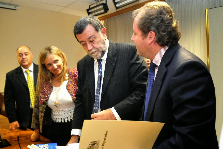 As surgen trisotti present al subsecretario del for Subsecretario del interior
