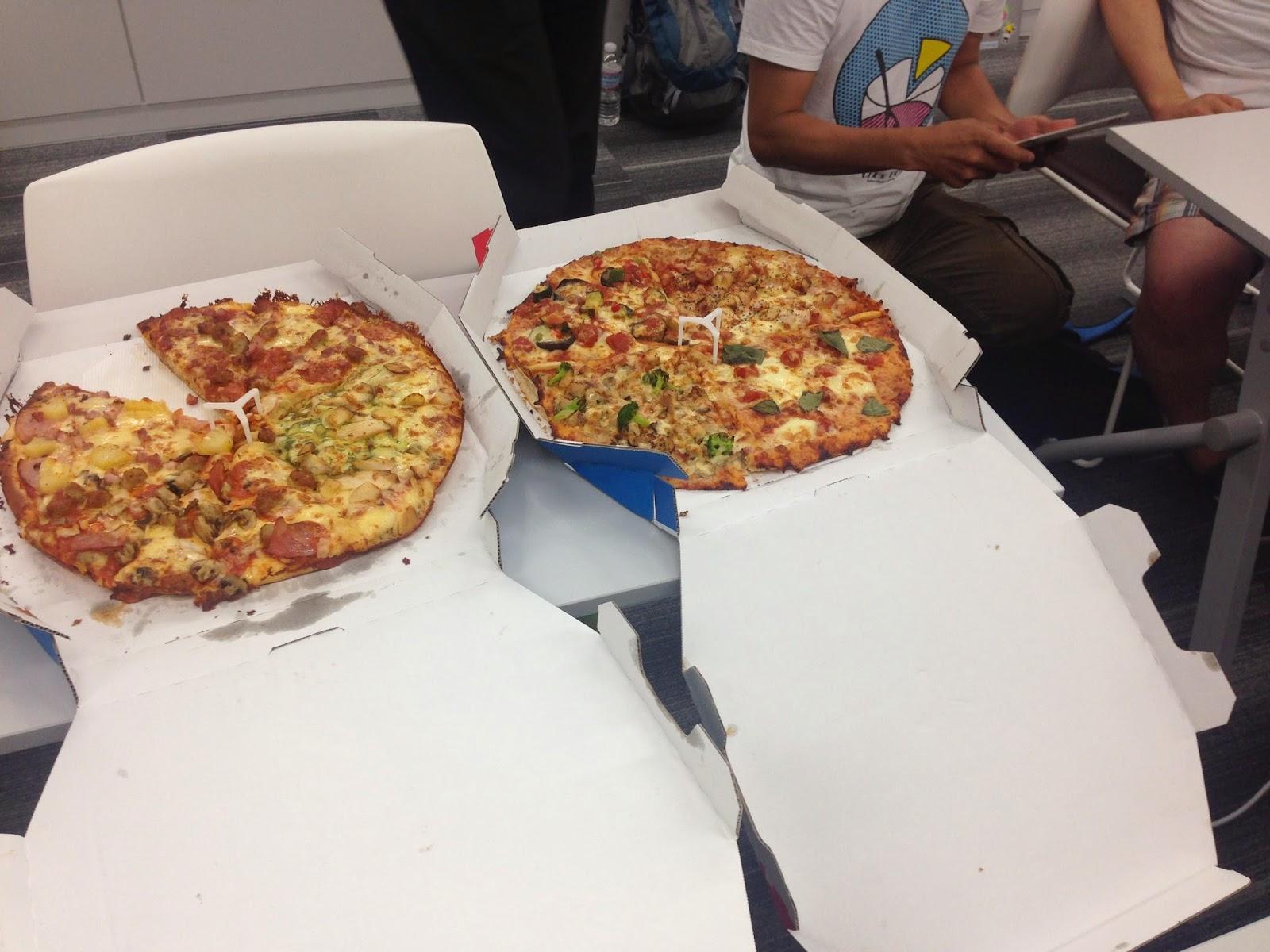 参加者数に合わせて、今回は多めにピザを取りました