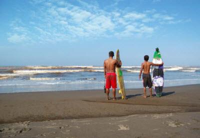 Surfing di Pantai Widarapayung