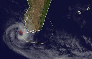Zyklon GIOVANNA bei Madagaskar wahrscheinlich keine Gefahr mehr für La Reunion und Mauritius, Indischer Ozean Indik, Zyklonsaison Südwest-Indik, Giovanna, Madagaskar, Mauritius, aktuell, Satellitenbild Satellitenbilder, Vorhersage Forecast Prognose, Februar, 2012, Verlauf, Zugbahn,