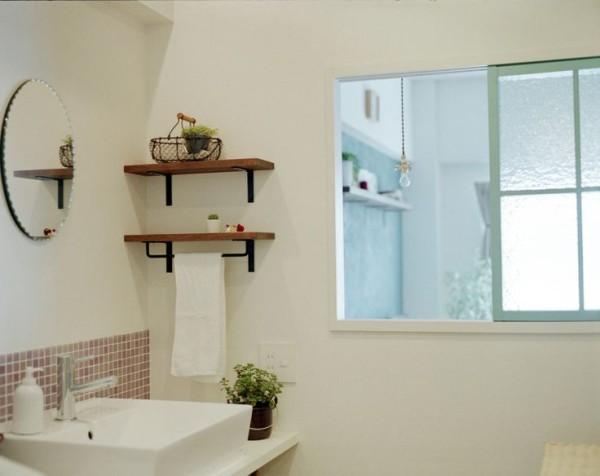Küche, Esszimmer, Bad und Wohnzimmer in einem Raum - perfekte Einbauten gliedern diese Wohnung