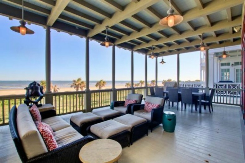 beach house outdoor living room