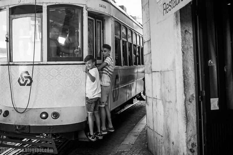lizbona, lisboa, street photo, czarno-biale, lisbon, ulica, ludzie