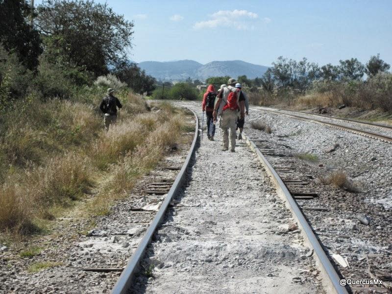 Caminando por las vías el tren rumbo a la estación de San Isidro Mazatepec