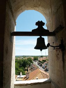 Tocam os sinos do alto da igreja vai passando a procissão...