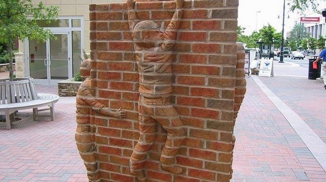 Esculturas en ladrillos por Brad Spencer