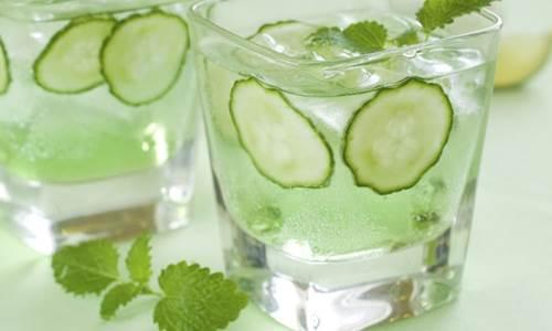 foto de copo de água com rodelas de pepino e folhas de hortelã