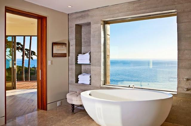 Ванная комната в красивом доме с бассейном