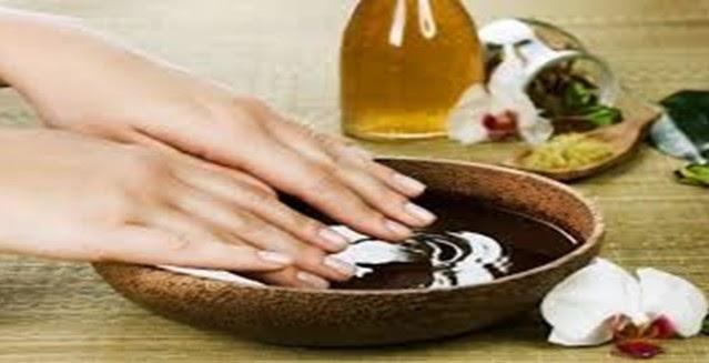 merendam kuku dengan minyak zaitun agar kuku lebih sehat dan indah