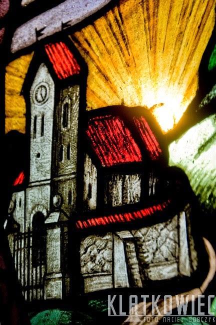 Leszno. Witraż z kościołem w kamienicy.