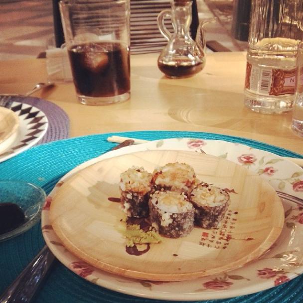 comiendo sushi