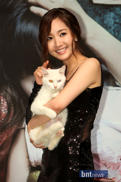 park min young showing some sexy skin 03