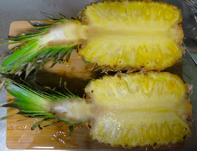 Салат из курицы в ананасе