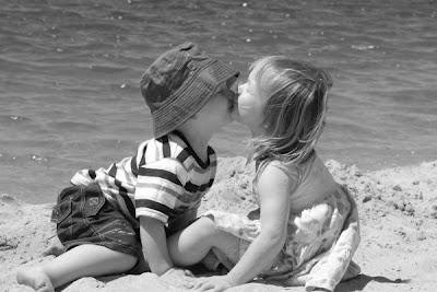 Foto beso entre niños