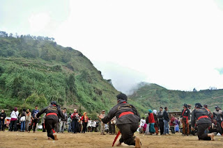Pertunjukan silat tradisional untuk memeriahkan ritual cukur gembel