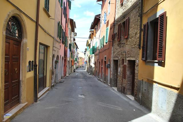 rue à poggibonsi, italie, toscane, façades colorées