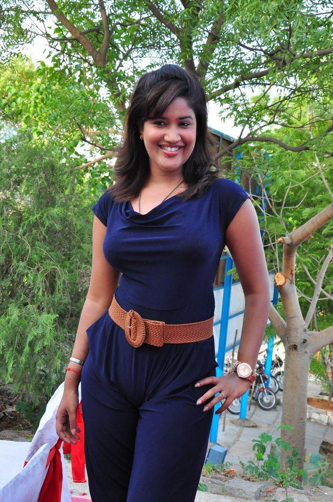 http://1.bp.blogspot.com/-Bk1ZPQmVcco/TgxE10wByDI/AAAAAAAAbbM/jln0h7b2WIs/s1600/soumya-hot-stills-1.jpg