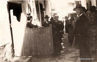 Candelario Salamanca turistas en una calle viendo a una Candelaria