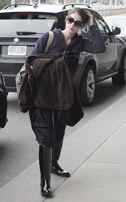 ashley-greene-confussed-at-Vancouver-International-Airport10.jpg