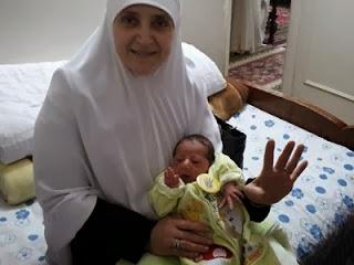 Muhammad Mursi Jr di pangkuan neneknya  (masralarabia)