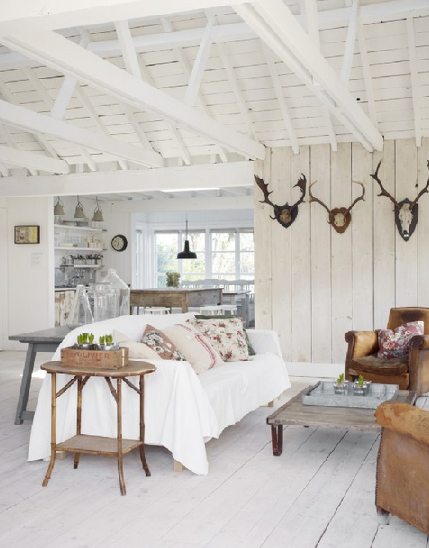 Coastal style an inspirational beach cottage for Beach cabin decor